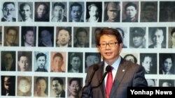 28일 한국프레스센터에서 열린 '제4회 6.25 납북희생자 기억의 날' 기념식에서 류길재 한국 통일부 장관이 격려사를 하고 있다.