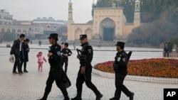 新疆清真寺外警察巡邏。