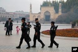 Petugas keamanan Uighur berpatroli di dekat Masjid Id Kah di Kashgar, Xinjiang China barat, 4 November 2017. (Foto: dok).