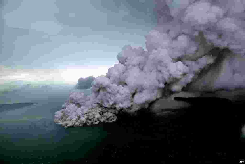 بعد از فوران این آتشفشان به نام کراکاتوا، لغزش زمین در نزدیکی تنگه سوندا موجب حرکت امواج سهمگین در شنبه شب به سمت ساحل شد و صدها نفر کشته شدند.