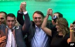 Jair Bolsonaro (centro)