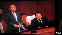 Health Minister Mam Bunheng (left) testifies in the National Assembly concerning irregularities in the health sector, December 29, 2016. (Kann Vicheika/VOA Khmer)