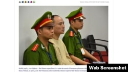 Nghi phạm Zhou (giữa) dưới sự kiểm soát của cảnh sát Việt Nam tại Sân bay Quốc tế Nội Bài, Việt Nam ngày 5 tháng 4 năm 2016. Ảnh chụp màn hình trang web xinhuanet.com.