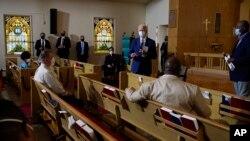 Kandidat presiden dari Partai Demokrat, Joe Biden, berbicara dengan anggota komunitas gereja Grace Lutheran di Kenosha, Wis., Kamis, 3 September 2020. (Foto: AP/Carolyn Kaster)