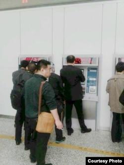 悼念林昭的活动人士被迫买火车票离城。(推特图片)