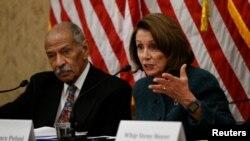 Vođa demokratske manjine u Predstavničkom domu Nensi Pelosi i kongresmen Džon Konjers (arhivski snimak)