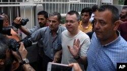 Mục sư người Mỹ Andrew Brunson, 50 tuổi, vẫy chào khi ông rời một nhà tù bên ngoài Izmir, Thổ Nhĩ Kỳ, ngày 25 tháng 7, 2018.