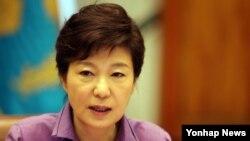 박근혜 한국 대통령이 15일 청와대에서 열린 수석비서관회의에서 발언하고 있다. (자료사진)