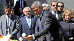 El actor George Clooney expresó su frustración por las matanzas que se producen en el mundo