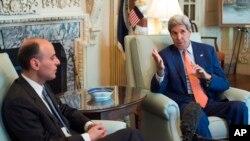 존 케리 미국 국무장관(오른쪽)이 16일 워싱턴에서 아델 알 주비에르 사우디아라비아 외무장관과 만나 이란 핵 합의에 대해 논의했다.