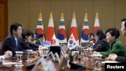 នាយករដ្ឋមន្រ្តីជប៉ុន Shinzo Abe និងប្រធានាធិបតីកូរ៉េខាងត្បូង Park Geun-hye នៅក្នុងកិច្ចប្រជុំ នាវិមានប្រធានាធិបតីក្នុងទីក្រុងសេអ៊ូល ប្រទេសកូរ៉េខាងត្បូង កាលពីថ្ងៃទី២ ខែវិច្ឆិកា ឆ្នាំ២០១៥។