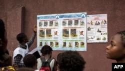 Un membre de la Croix-Rouge congolaise explique les symptômes, les risques et les précautions du choléra aux enfants à Kinshasa le 18 janvier 2018.
