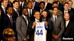 Obama resaltó el trabajo que realiza el entrenador del equipo, Steve Kerr, quien a su vez fue jugador del equipo favorito del presidente de EE.UU., los Chicago Bulls.