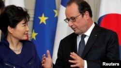 박근혜 한국 대통령(왼쪽)과 프랑수아 올랑드 프랑스 대통령이 3일 파리 엘리제궁에서 열린 협정서명식에서 대화하고 있다.