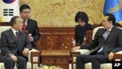 جنوبی کوریا کے صدر لی میونگ باک اور چینی سفارت کار کی ملاقات کا ایک منظر