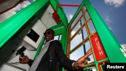 지난 3일 휴대전화 충전소로 변신한 영국 런던의 '솔라박스'에서 한 학생이 포즈를 취하고 있다.