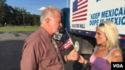 Pendukung Trump, Bob Bolus berbincang dengan pengemudi Kishan Markarian, yang mengajukan pertanyaan tentang kandidat Capres tersebut di Scranton, Pennsylvania. (A. Pande/VOA)