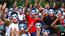Para demonstran antikudeta remaja dan pemuda mengacungkan salam tiga jari sebagai lambang perlawanan, saat melakukan aksi protes di Yangon, Myanmar, 4 April 2021.