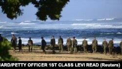 Binh sĩ thủy quân lục chiến Mỹ đi bộ trên bãi biển ở Haleiwa, Hawaii.