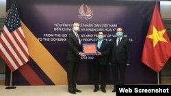 Đại sứ Hoa Kỳ Daniel Kritenbrink nhận khẩu trang từ Thứ trưởng Bộ Ngoại giao Việt Nam Bùi Thanh Sơn, ngày 16/04/2020. Hình minh họa. Photo US Embassy Vietnam.