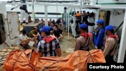Petugas gabungan saat melakukan pemeriksaan di kapal Lu Huang Yuan Yu 118, di Kepulauan Riau, Rabu 8 Juli 2020. (Courtesy: Polda Kepri)