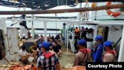Petugas gabungan saat melakukan pemeriksaan di kapal penangkap ikan China, Lu Huang Yuan Yu 118, di Kepulauan Riau, Rabu 8 Juli 2020. (Courtesy: Polda Kepri)