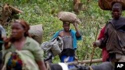 Des réfugiés congolais fuient des combats entre l'armée congolaise et les rebellesvers la frontière avec le Rwanda, à environ 20 kilomètres de Bunagana au Congo, le 12 mai 2012.