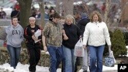 총기 난사 사건 직후 학교를 빠져나오는 차든 고등학교 학생들과 학부모.