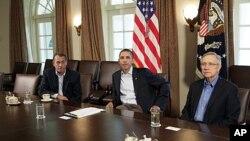 Le président Obama a reçu à maintes reprises les dirigeants du Congrès à la Maison-Blanche pour des discussions. A gauche de M. Obama, le président de la Chambre, le républicain John Boehner, et à droite, le président du Sénat, le démocrate Harry Reid.
