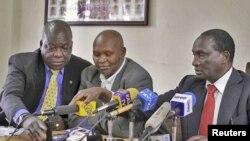 David Okeyo (kushoto) Kipchoge Keino na Isaiah Kiplagat (kushoto) maafisa wa shirikisho la riadha Kenya wakizungumza na waandishi habariu mjini Nairobi.