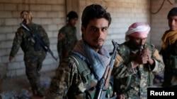 Les combattants kurdes des unités de protection du peuple dans une maison de Raqqa, en Syrie, le 21 juin 2017.