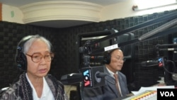 Ms Chea Vannath, independent analyst, and Phay Siphan, government spokesman in Hello VOA Talk Show, 130812.