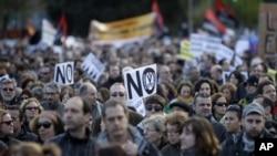 Warga Spanyol melakukan unjuk rasa atas pemotongan subsidi pendidikan dan kesehatan di Madrid (15/4).