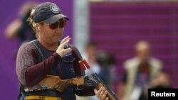 La tiradora estadounidense Kimberly Rhode expulsa los cartuchos gastados en su escopeta, durante las finales de skeet.