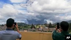 انڈونیشیا کے جزیرے سماٹرا میں آتش فشاں سنابونگ سے دھوئیں کے بادل بلند ہو رہے ہیں۔ 10 اگست 2020