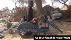 Souyeba, une jeune fille handicapée, à Diffa, le 17 janvier 2018. (VOA/Abdoul-Razak Idrissa)