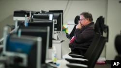 一位员工坐在国土安全部的国家网络安全和通信集成中心的电脑前2018年8月22日