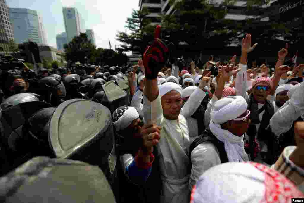Para pendemo berteriak dalam aksi massa dekat kantor Bawaslu menyusul pengumuman hasil rekapitulasi pilpres April lalu, di Jakarta, 22 Mei 2019.(Foto: Reuters/Willy Kurniawan)