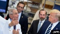 美国总统特朗普在马里兰的国立卫生研究院疫苗研究中心听取美国国家过敏与传染病研究所所长弗契的讲解。(2020年3月3日)