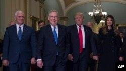 به ترتیب از راست: ملانیا ترامپ، دونالد ترامپ، میچ مک کانول، مایک پنس