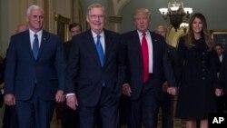 Майк Пенс, Митч Макконелл, Дональд Трамп и его супруга Мелания