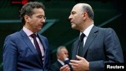 Bộ trưởng Tài chính Hà Lan Jeroen Dijsselbloem (trái) và Ủy viên châu Âu đặc trách về kinh tế và thuế Pierre Moscovice dự một hội nghị cấp bộ trưởng ở Brussels