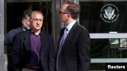 احمد شیخ زاده، مشاور پیشین دفتر نمایندگی ایران در سازمان ملل، در حال ترک دادگاه فدرال در نیویورک