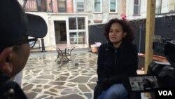 Mira Lesmana saat diwawancara oleh tim VOA.