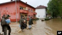 波斯尼亞軍人協助救援