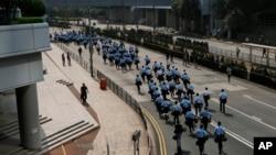 Polisi Hong Kong membersihkan barikade-barikade yang dipasang demontran pro-demokrasi (14/10).