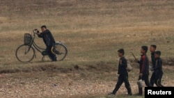 중국 단둥에서 압록강 너머로 바라본 북한 신의주의 어린이들. (자료사진)