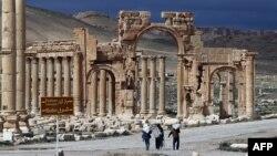 Warga berjalan di kota kuno Palmyra, sekitar 215 kilometer timur laut ibukota Damaskus, Suriah (foto: dok).