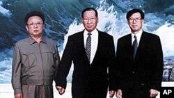 지난 1998년 평양에서 김정일 북한 국방위원장(왼쪽)과 면담했던 고 정몽훈 현대그룹 회장(오른쪽). 가운데는 고 정주영 회장.