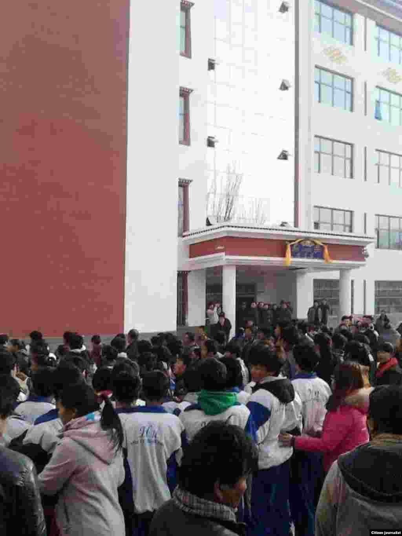 據報導數百甚至數千名藏人走上青海同仁街頭抗議。